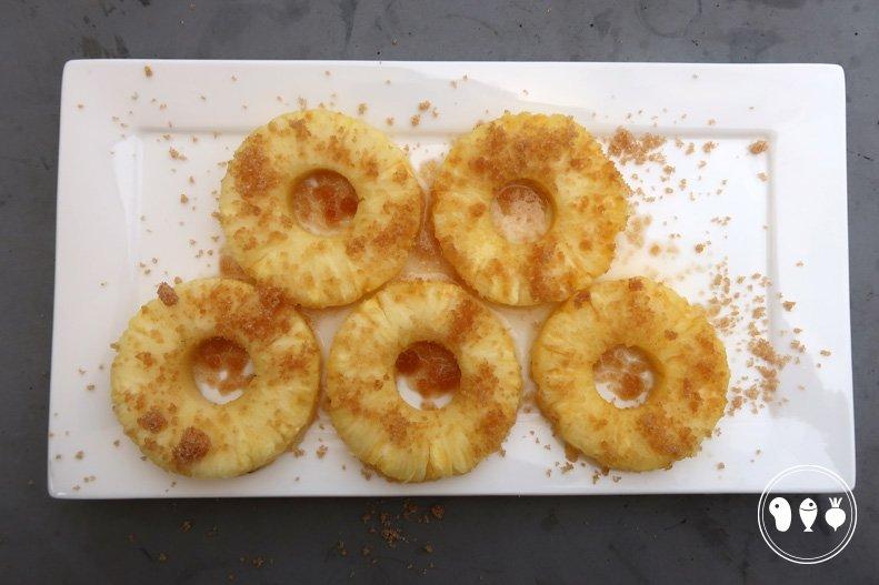 Ananasschijf met bruine suiker