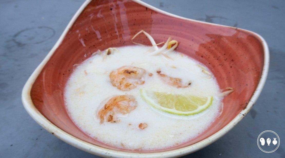 Aziatische kokossoep met gegrilde gamba's