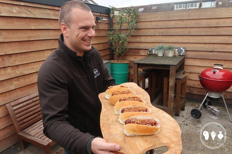 Sappige worstjes met brood van de BBQ