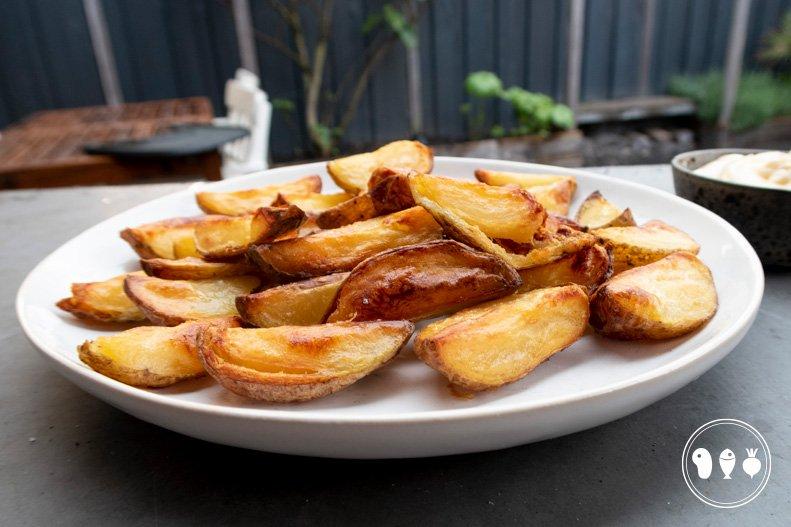 Krokante aardappelpartjes van de BBQ