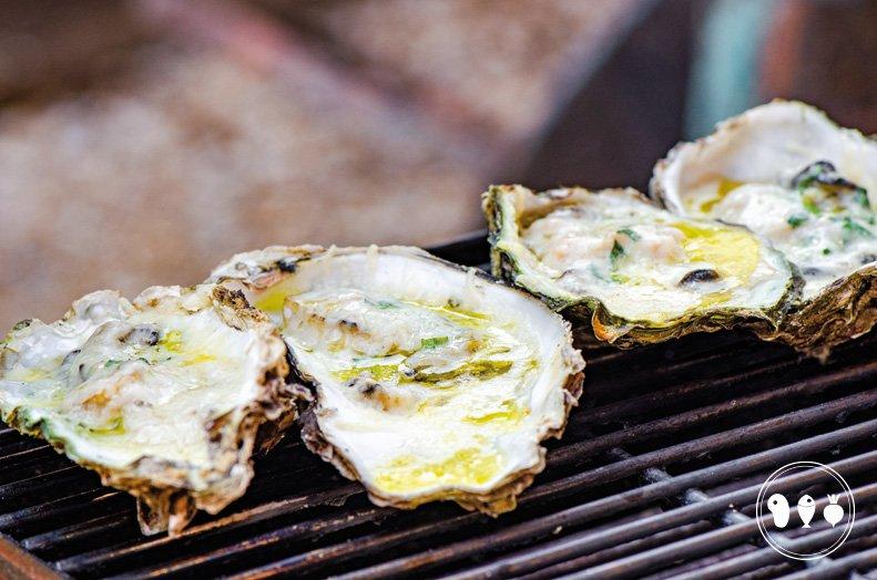 Gegratineerde oesters met Parmezaanse kaas en dragonboter.