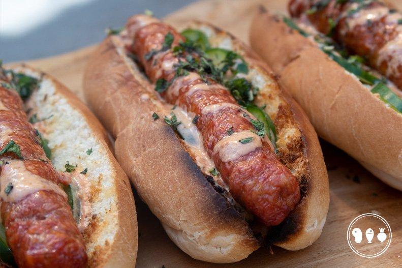 Marokkaanse hotdog: Lamsmerguez met yoghurt-harissa en munt