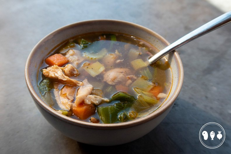 Kippenbouillon(soep) van gegrilde BBQ kip
