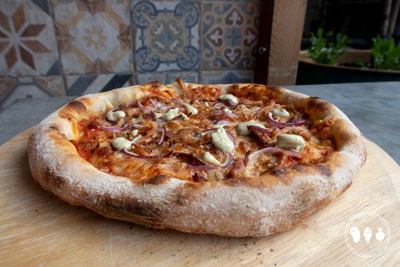 Dé ultieme BBQ pizza: Pulled pork pizza met rode ui en knoflooksaus