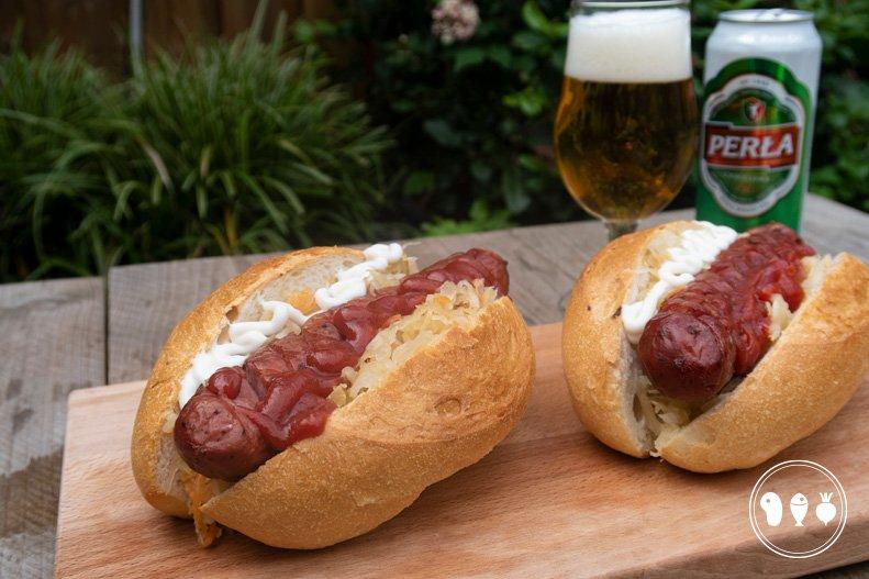 Poolse hotdog met Kielbasa van de BBQ