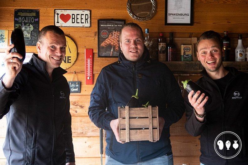 Dirk van Duijvenbode overhandigt een kratje aubergines aan BBQproof waarmee ze diverse borrelsnacks van aubergine gaan maken op de BBQ.