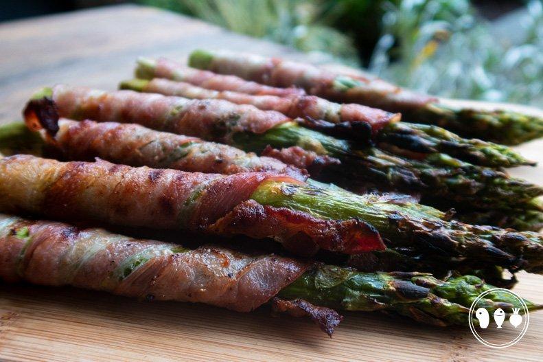 Gegrilde groene asperges met ontbijtspek